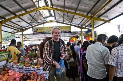 Rolf Iven auf einem Markt in Colombo